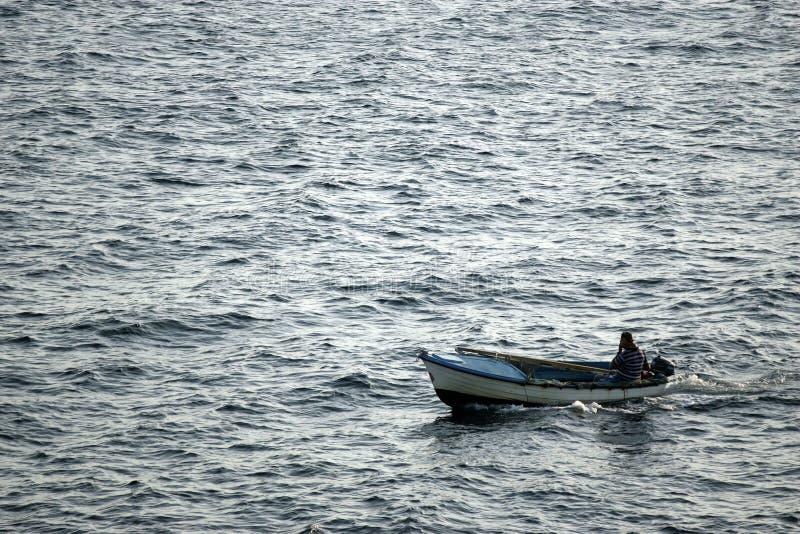 小船小捕鱼的海运 免版税库存图片