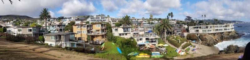 小船峡谷和山坡家全景在拉古纳海滩 免版税库存图片