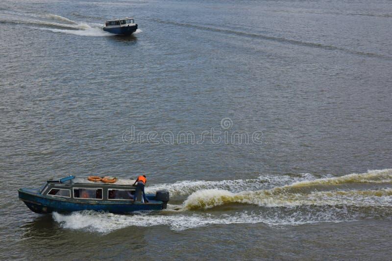 小船巡航 免版税库存图片