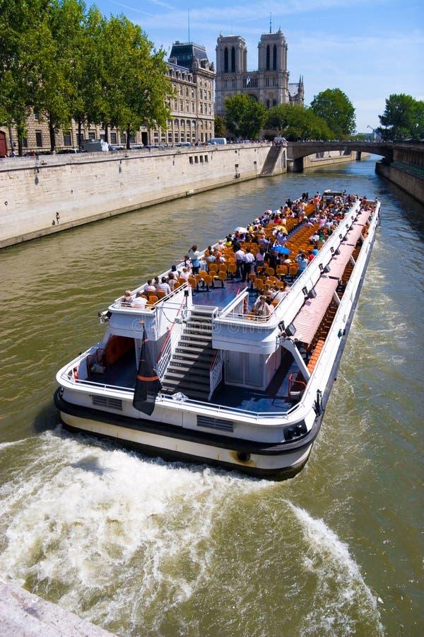 小船巴黎游人 库存照片