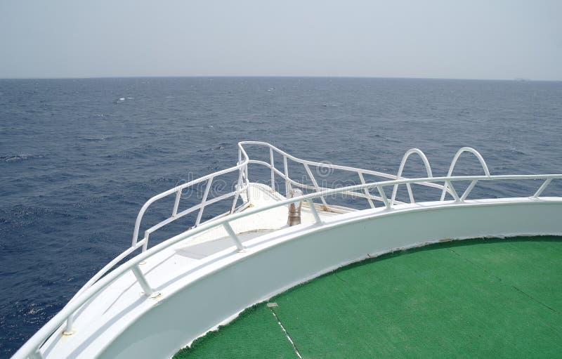 小船弓航行在蓝色海在暑假 库存照片