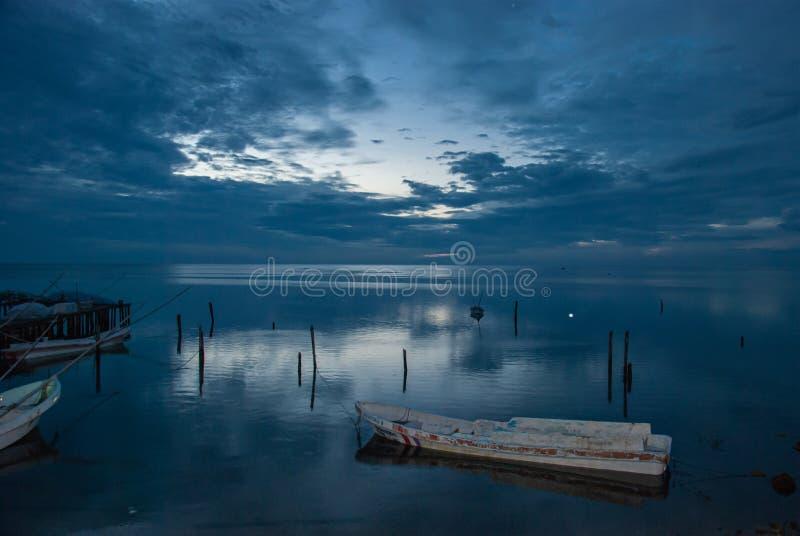 小船或独木舟在船坞和蓝色日落在坎比其墨西哥 免版税库存图片
