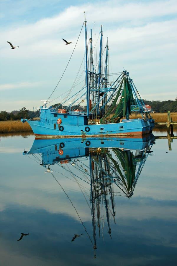 小船捕鱼反映 图库摄影