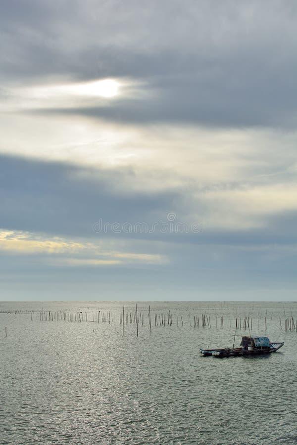 小船捕鱼女孩端口开会 库存照片