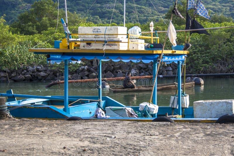 小船捕鱼女孩端口开会 免版税库存图片
