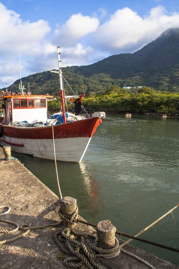 小船捕鱼女孩端口开会 免版税库存照片