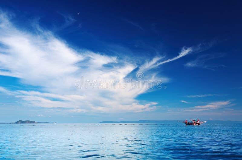 小船捕鱼海景泰国 免版税库存照片