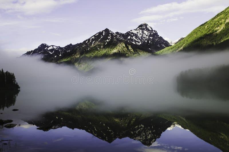 小船捕鱼湖人 免版税库存照片