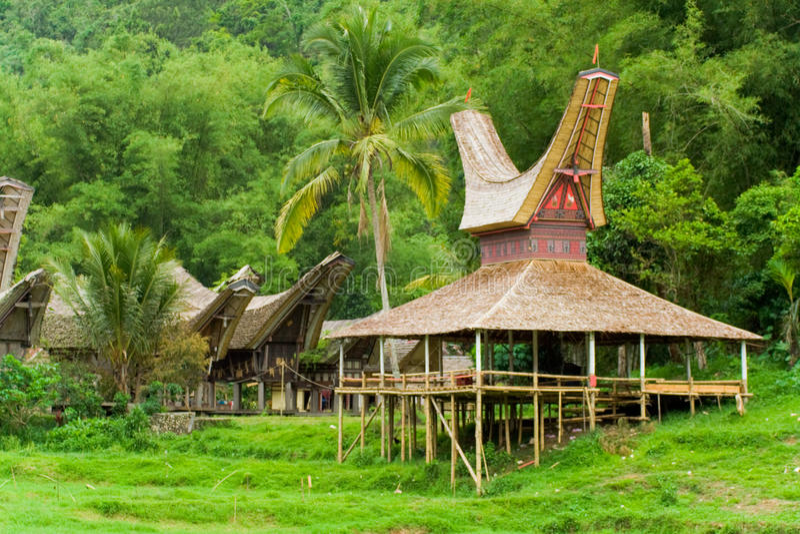 小船接近的房子tana toraja村庄 免版税库存照片