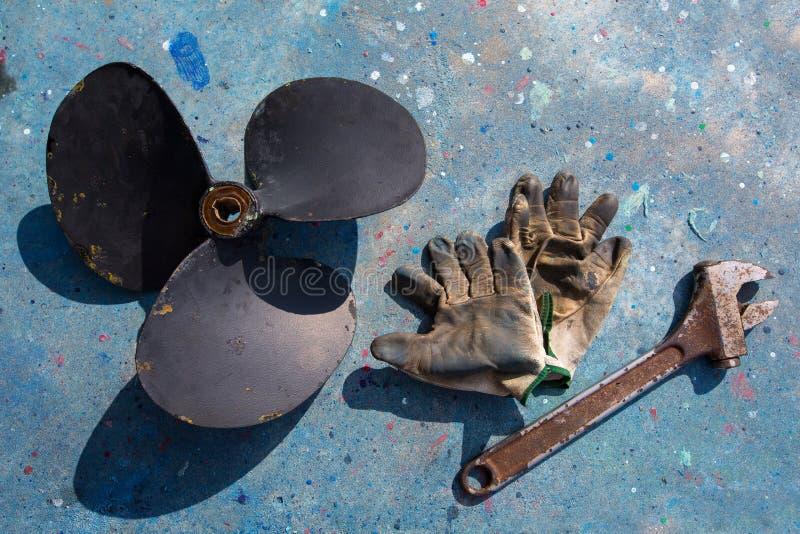 小船推进器改善修理工具和手套 免版税库存照片