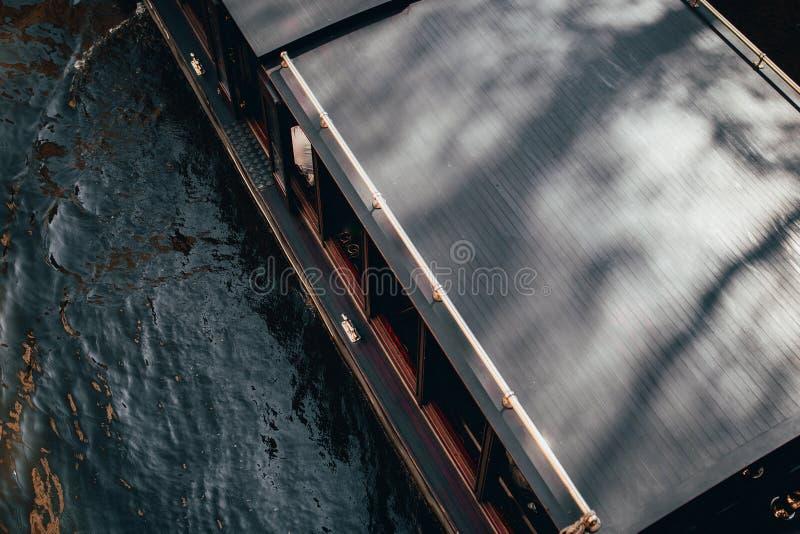 小船旅游业的长平底船船顶视图在河 通过威尼斯意大利运河水  旅行服务在城市和制造e的 免版税库存照片