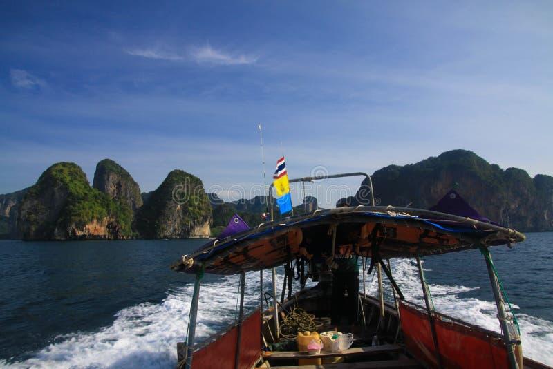 小船旅行到沿峭壁的海岛在Ao Nang,甲米府附近的蓝色安达曼海 库存图片