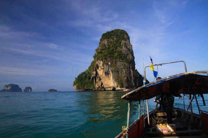 小船旅行到沿峭壁的海岛在Ao Nang,甲米府,泰国附近的蓝色安达曼海 免版税库存图片