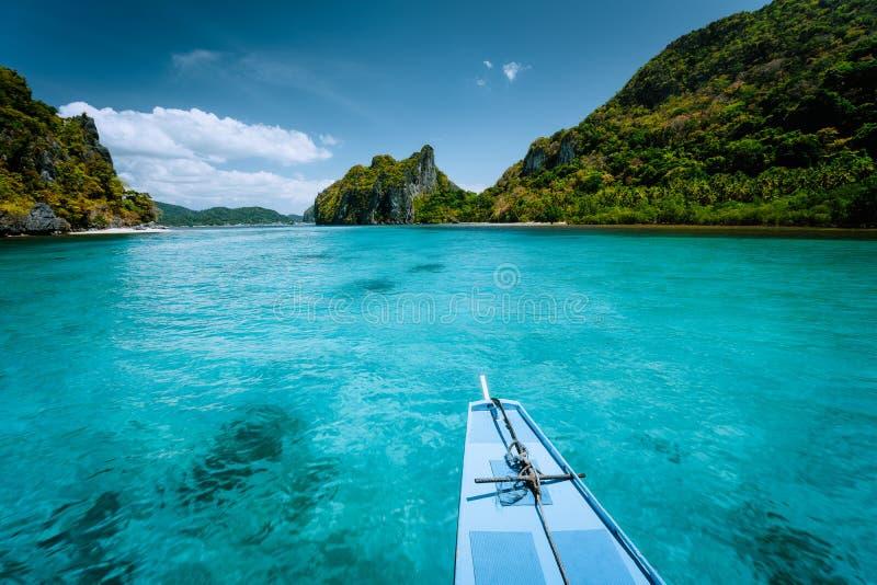小船旅行到热带海岛El Nido,巴拉旺岛,菲律宾 陡峭的绿色山和大海盐水湖 ?? 库存照片