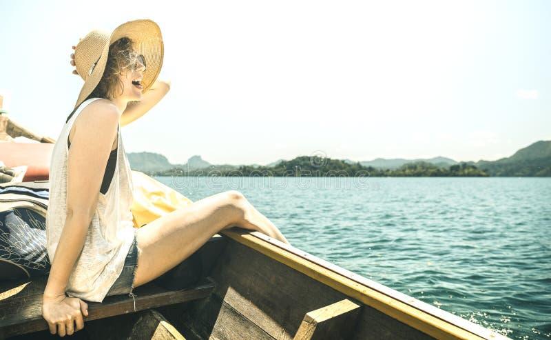 小船旅行游览的在湖-旅行癖与冒险女孩旅游流浪汉的旅行概念年轻女人独奏旅客 免版税库存图片