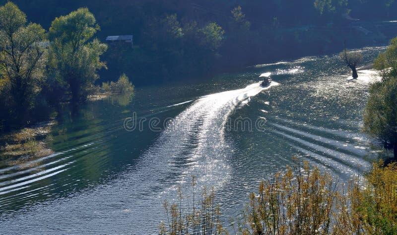 小船旅途,早晨山河,湖 库存照片