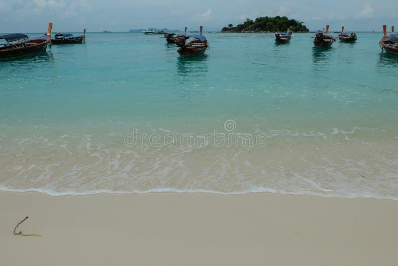 小船是海的表面 免版税库存照片