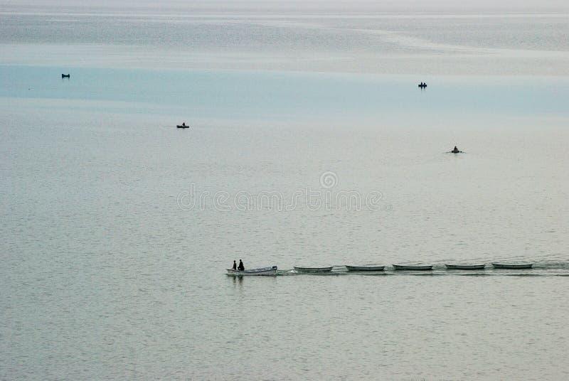 小船有蓬卡车横跨湖驾驶 免版税库存图片