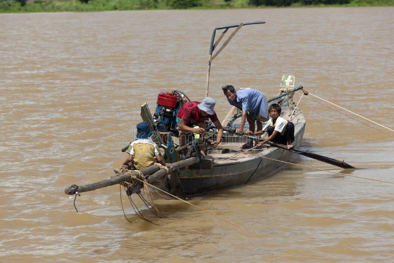 小船柬埔寨人河树汁tonle越南语 库存照片