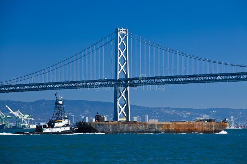 小船横穿在奥克兰桥梁下 图库摄影