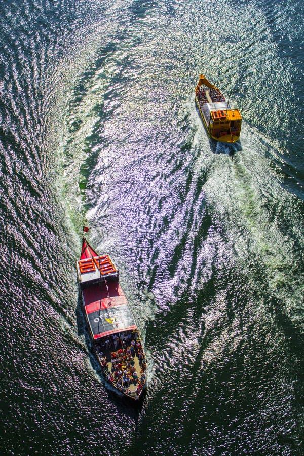 小船横穿在河 免版税库存图片