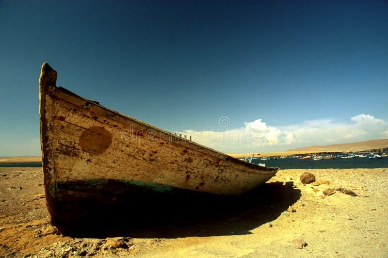 小船沙漠捕鱼 库存图片