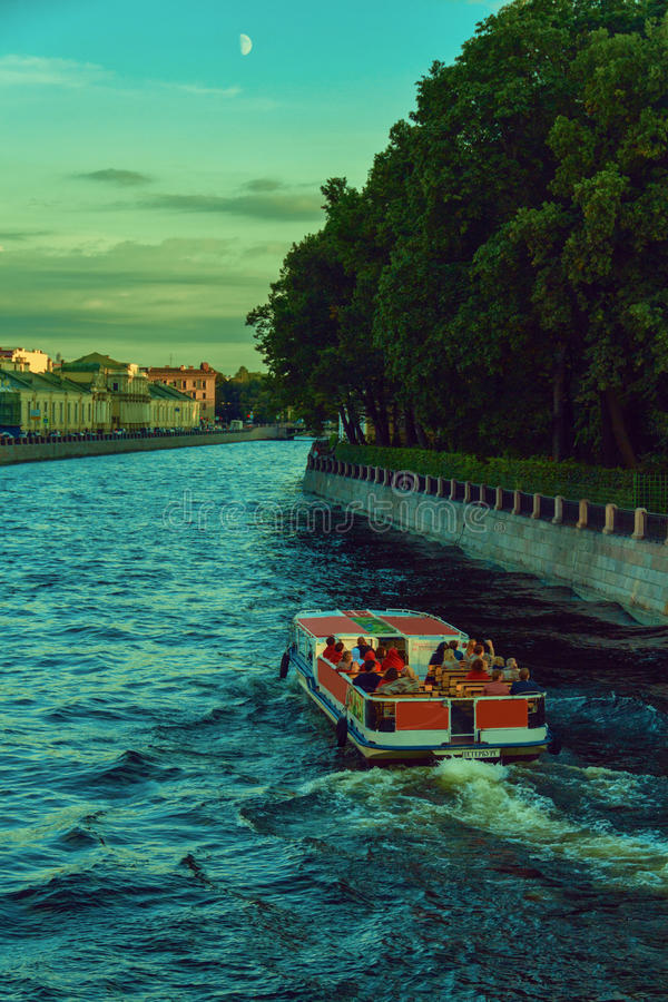 小船沿平衡的圣彼德堡的许多河和运河绊倒 库存图片