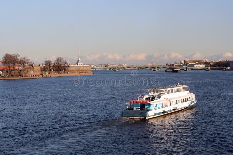 小船浮动保罗・彼得河 库存照片