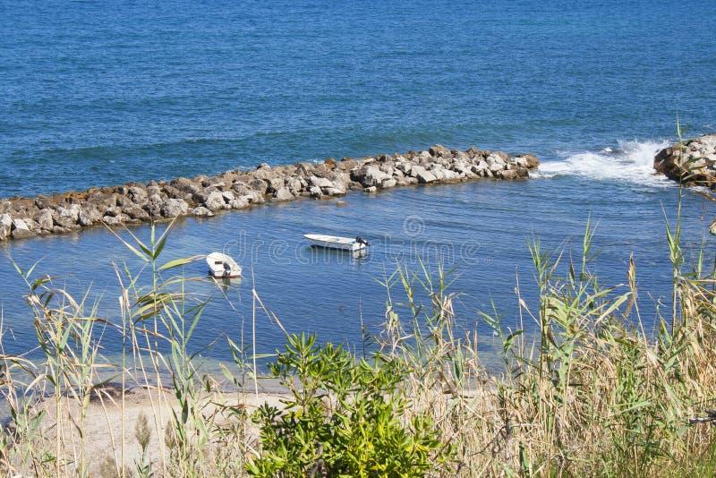 小船海岸线视图在海湾的从特拉佩托,西西里岛,意大利Spiaggia特拉佩托镇  免版税图库摄影