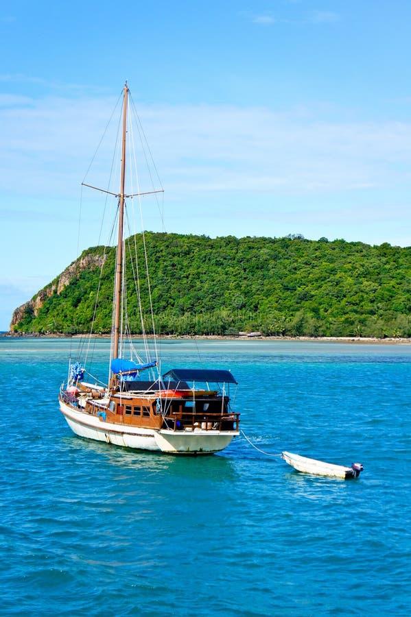 Download 小船海运 库存图片. 图片 包括有 天空, 旅行, 海洋, 海运, 海岛, 本质, 古代人, 泰国, 通知 - 22355401