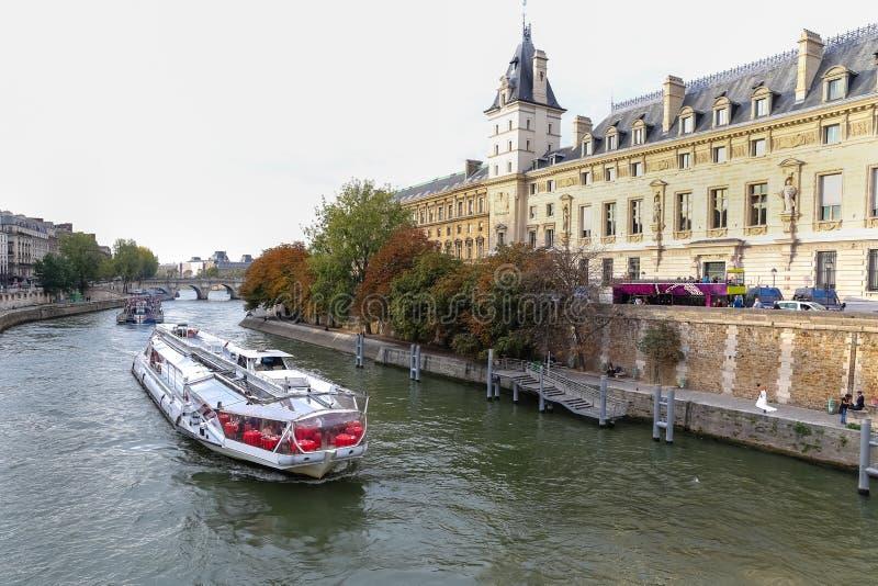 小船游览在塞纳河,巴黎 免版税库存照片