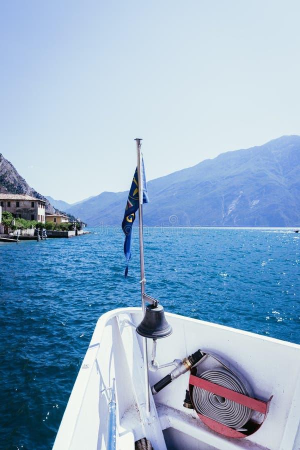 小船游览:小船弓、看法在天蓝色的大海和山脉 拉戈di加尔达,意大利 免版税库存图片