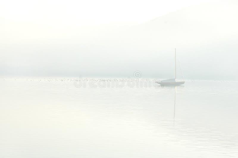 Download 小船湖 库存照片. 图片 包括有 和平, 宁静, 航行, 风帆, 游艇, 关键字, 早晨, 反映, 海运, 小船 - 189816