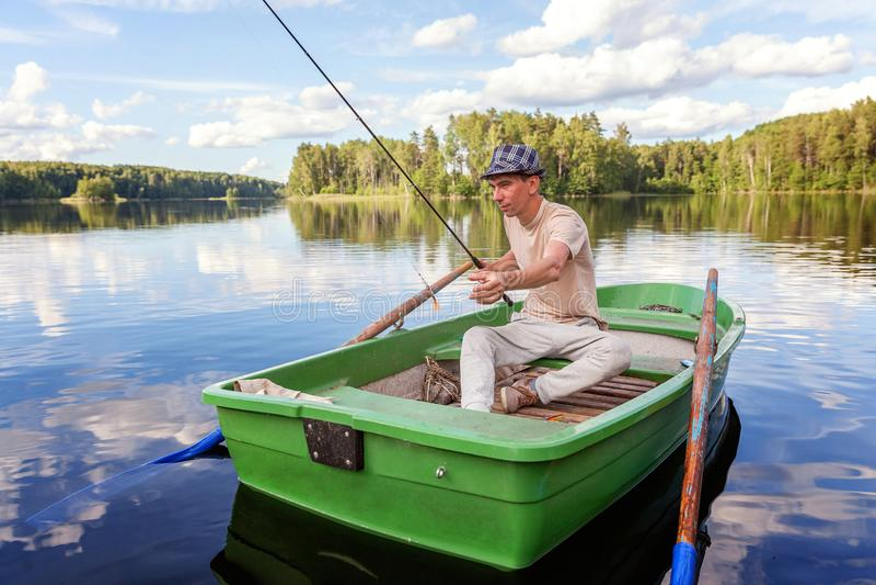 小船烘干了老早晨伸出结构树水的早期的渔夫 免版税图库摄影