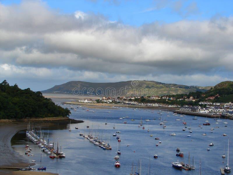 在Conway海湾的小船怀有,威尔士,英国 库存图片