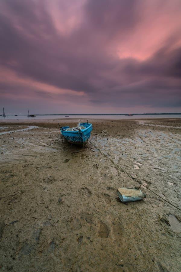 小船的一张长的曝光图片有多云片刻的作为背景 免版税库存照片
