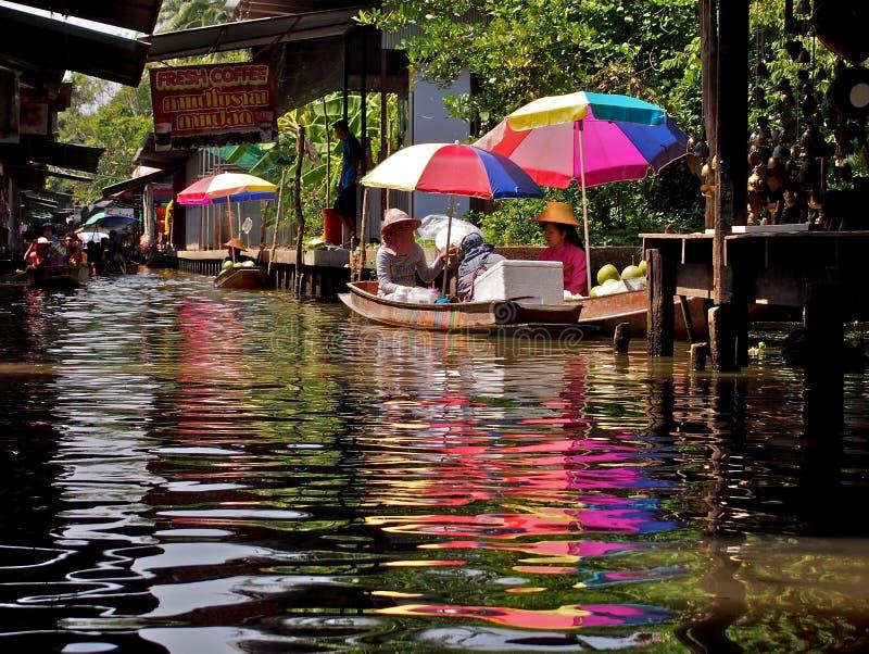 小船的人们在市场上在芭达亚 免版税图库摄影
