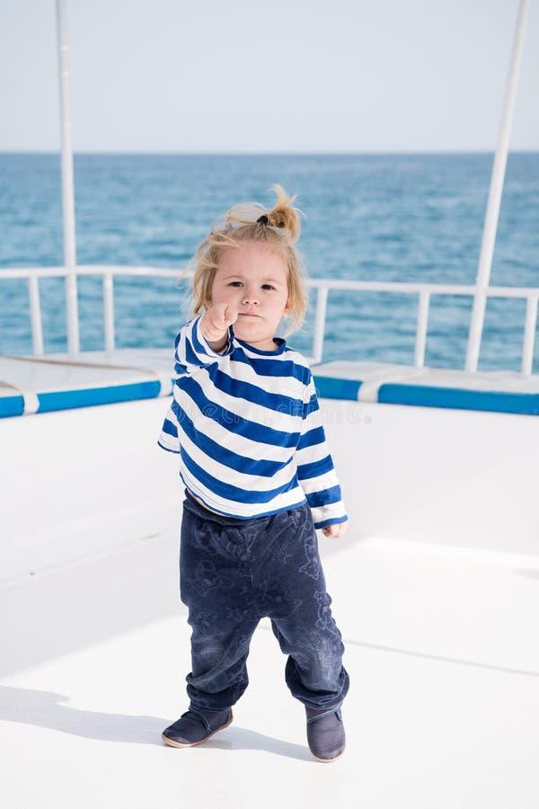 小船的小小上尉在夏天巡航,船舶时尚 库存图片