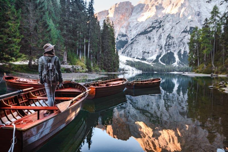 小船的年轻徒步旅行者 免版税图库摄影