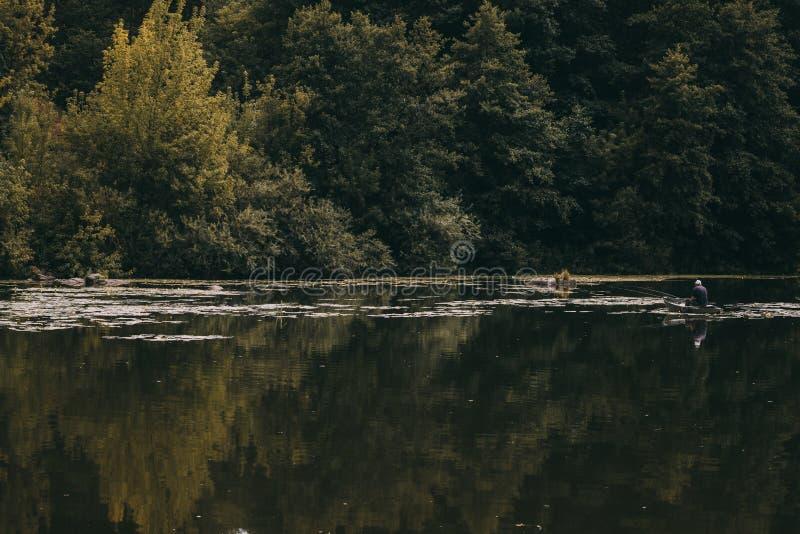 小船的年轻渔夫 库存照片