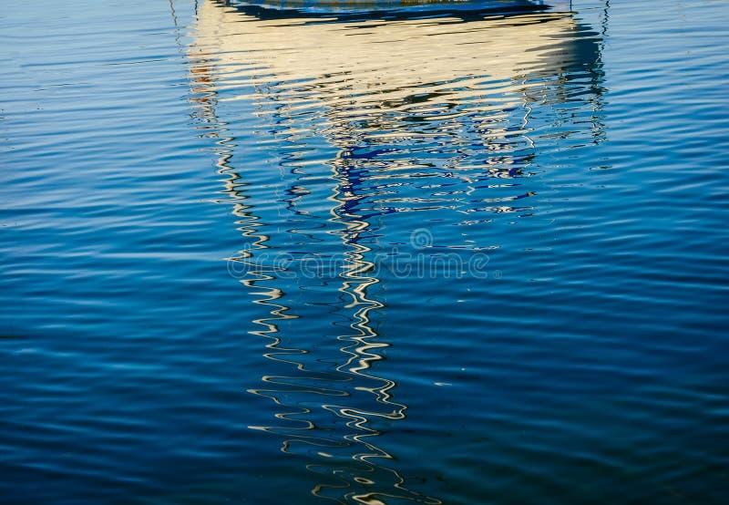 小船的抽象反射在港口浇灌 库存图片