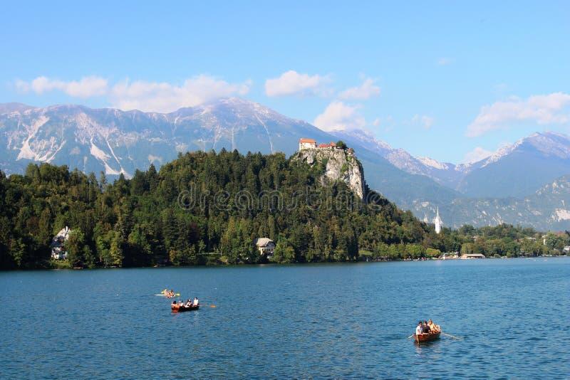 从小船的流血的城堡在布莱德湖,斯洛文尼亚 免版税库存照片