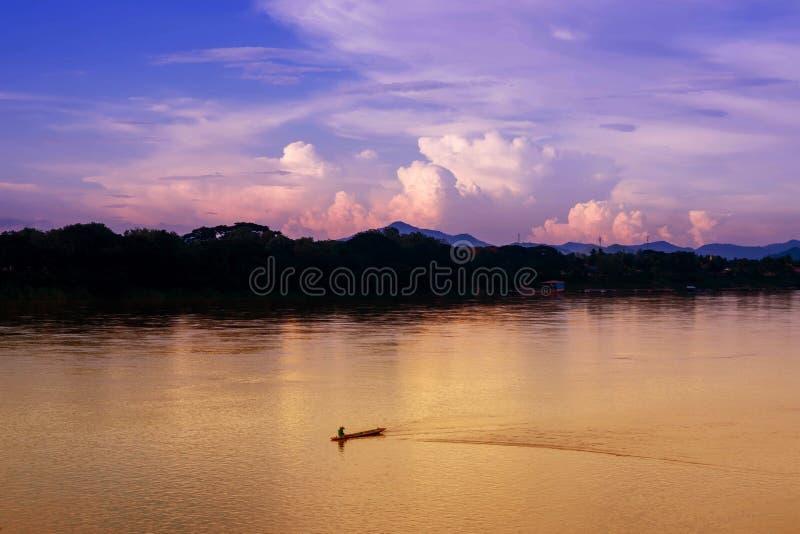 小船的渔夫在河 库存图片
