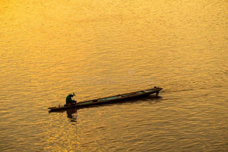 小船的渔夫在河 免版税图库摄影