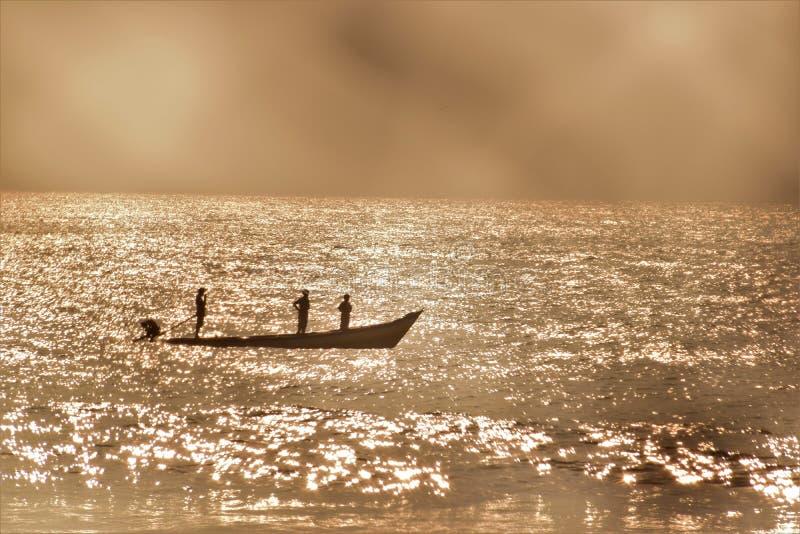 小船的渔夫 免版税图库摄影