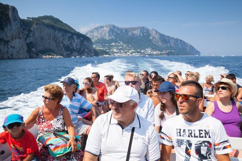 小船的游人在卡普里岛海岛附近绊倒 免版税库存照片