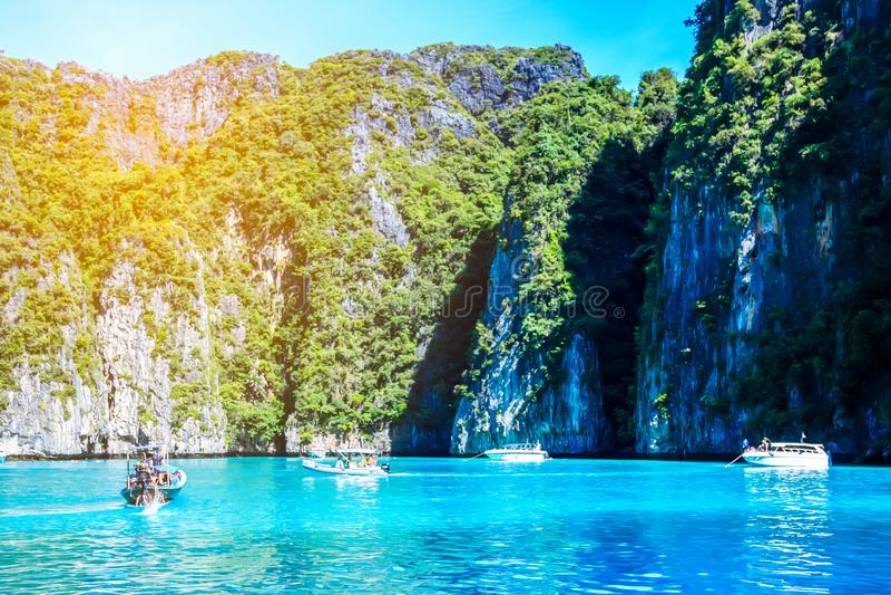 小船的游人在酸值发埃发埃安达曼海,普吉岛, Krabi, Sout 免版税图库摄影