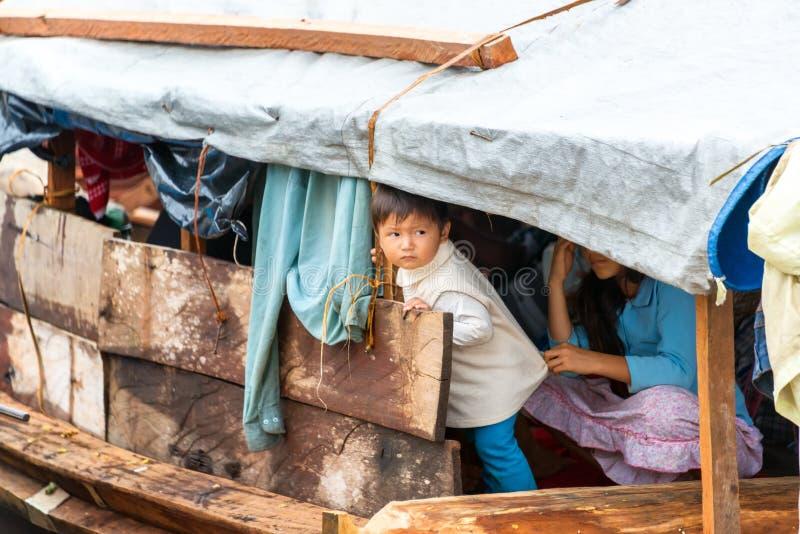 小船的男孩 库存图片