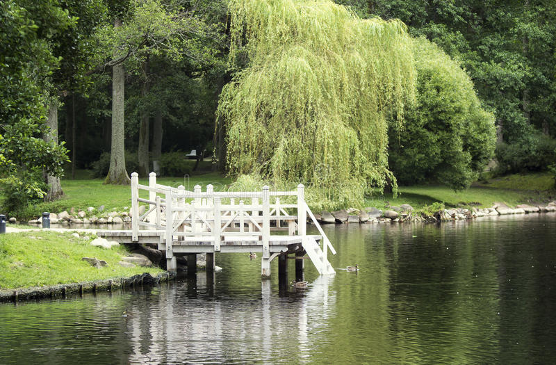 小船的白色木码头 免版税库存照片
