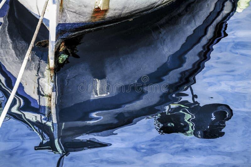小船的船身的反射 库存图片